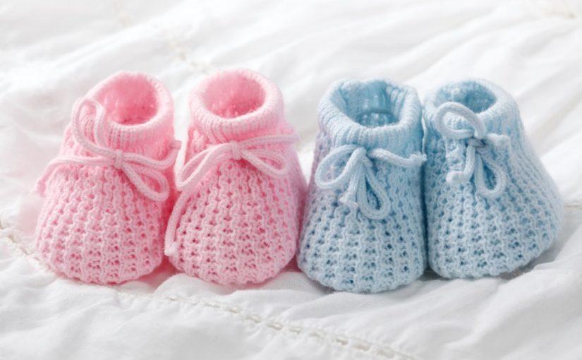 Søde hæklede babysko i lyserød og lyseblå farver